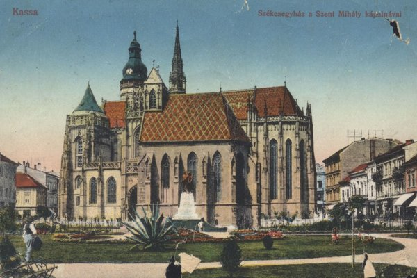 Dóm sv. Alžbety, v popredí Michalská kaplnka.