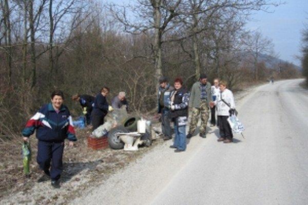 Ženy i muži sa podieľajú aj na úprave okolia obce.