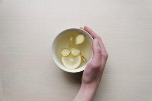 Zázvor a citrón patria medzi osvedčené potraviny, ktoré zmierňujú nevoľnosť.
