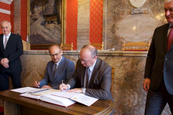 Igor Čombor aBernhard Peschek pri podpisovaní memoranda.
