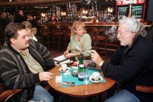 8. október 1998. V budove TV Markíza v Bratislave sa  uskutočnilo stretnutie zástupcu spoločnosti GAMATEX v súčasnosti prevádzkujúcej TV Markíza Mariána Kočnera (uprostred) s niektorými zamestnancami Markízy. Na snímke konateľka STS Sylvia Volzová (vľavo) a herec Ľubo Gregor (vpravo).