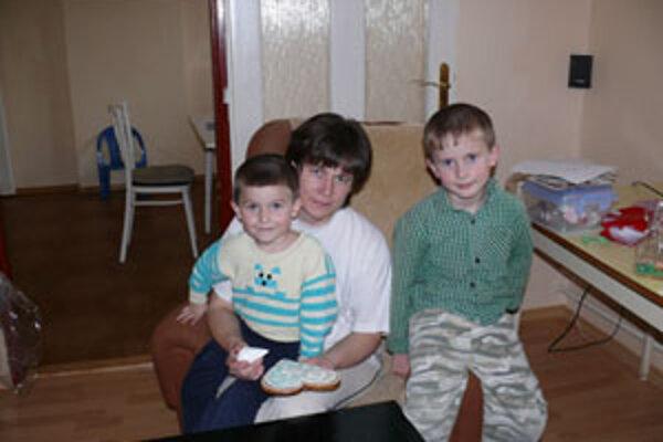 Sedemročný Peťko a štvorročný Maťko sú veľkými pomocníkmi svojej mamy. Najmä pri ochutnávaní...