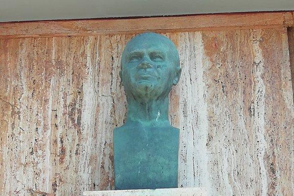 Peter Jilemnický v obci učil, má tu postavenú pamätnú bustu.