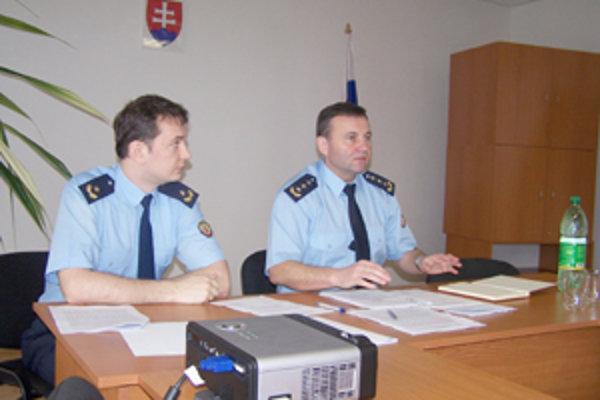 Riaditeľ Krajského riaditeľstva Hasičského a záchranného zboru v Žiline Stanislav Stašík (vpravo) a jeho kolega Marián Škola na minulotýždňovej tlačovej konferencii v Žiline.
