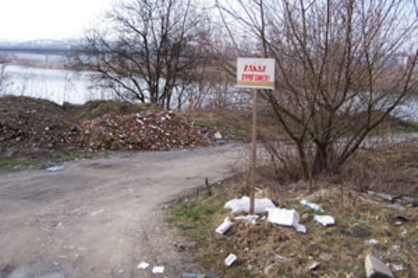 Okolie labutieho jazierka pri Žiline je doslova zavalené rôznym odpadom. Nájdete tu stavebný, ale dokonca aj komunálny a iný odpad. Aj napriek tomu, že skládka je tu už dlho, kompetentné orgány sa ňou začali zaoberať minulý týždeň až na základe nášho podn