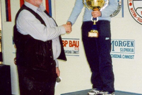 Štátny tréner slovenskej reprezentácie v športovej streľbe Pavol Anetta odovzdáva cenu Kataríne Grečnárovej na majstrovstvách v Nitre.