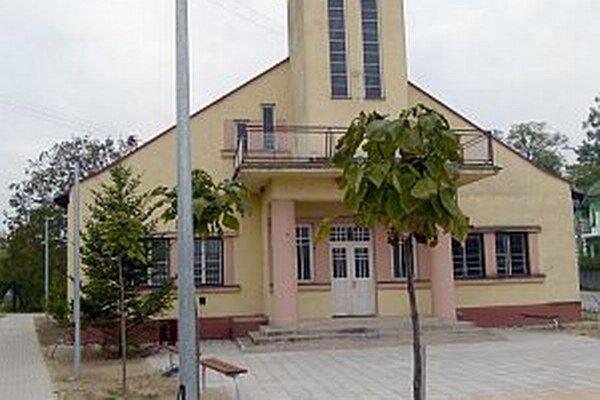 Vynovené priestranstvo pred kaplnkou.