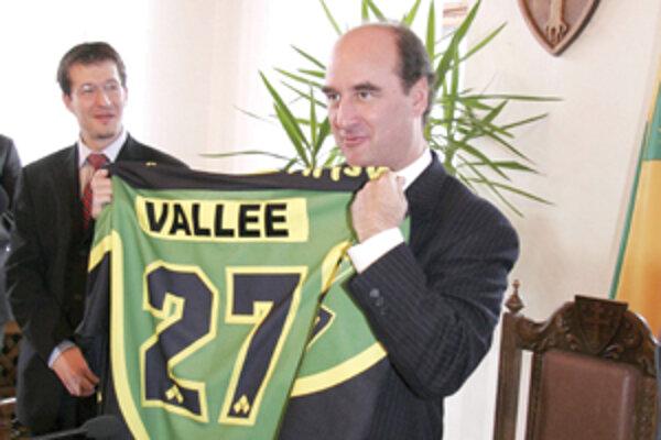 Veľvyslanec Rudolph M. Vallee bol v minulosti aktívnym hokejistom, a tak ocenil darček od primátora Žiliny, na ktorom mal vytlačené svoje meno.