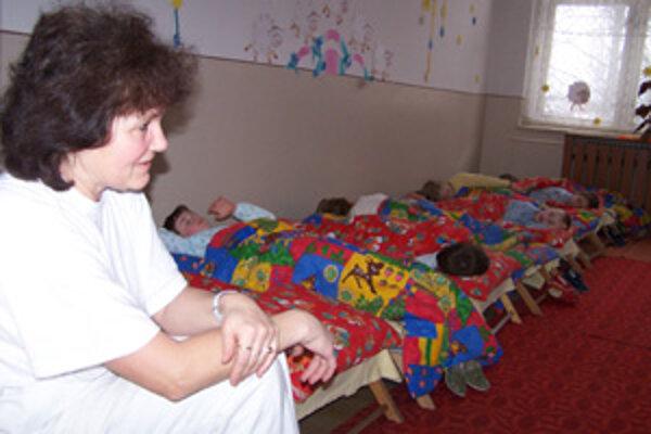 Materská škola v Strážove je stále bez plynu, napriek tomu, že sa tým Slota pred voľbami nezabudol pochváliť. Nahnevaná je aj riaditeľka Katarína Kočvarová.