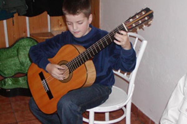 Vystúpenie gitaristu Timoteja Harzeka malo úspech.