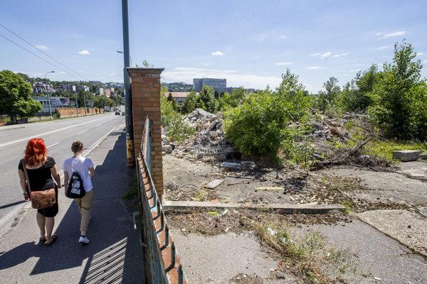 Pozemok susedí s frekventovanou cestou na Molecovej ulici