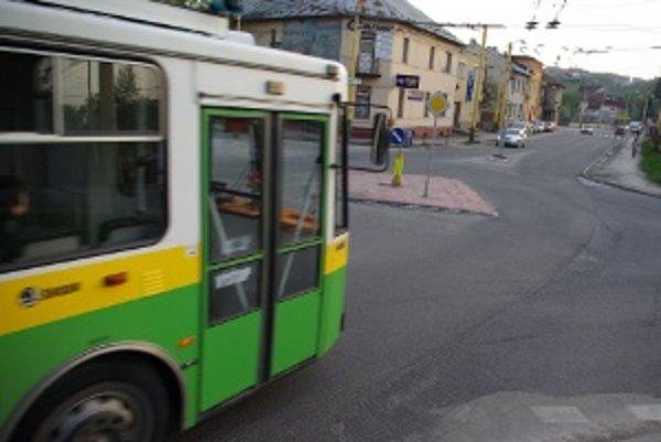 Miniokružná križovatka v tvare štvorca. Trolejbusy pre ňu prejazdia viac, ako je dĺžka rovníka.
