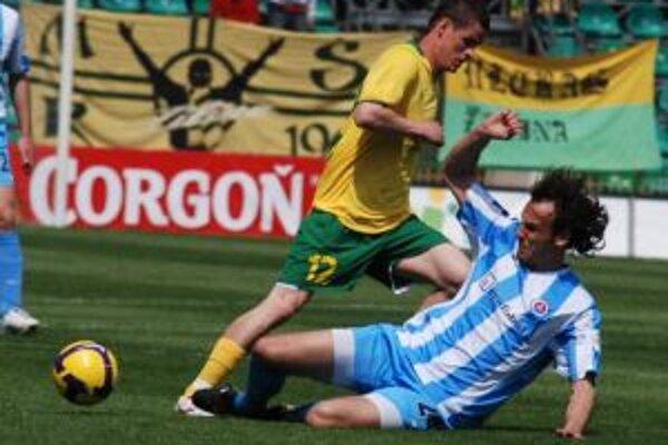 Slovan si zrejme definitívne vybojoval titul. Na zemi Slovanista Kozák, v žltom Jež.