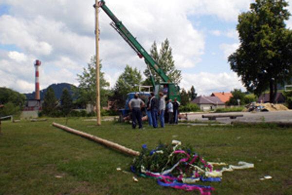 O netradičnom stavaní májov sa bude v obci hovoriť ešte dlho.