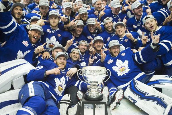 Hráči Toronta Marlies oslavujú zisk Calder Cupu.