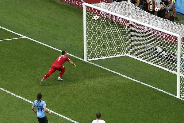 Uruguajský brankár Fernando Muslera robí chybu, po ktorej Francúzsko vyhráva 2:0.