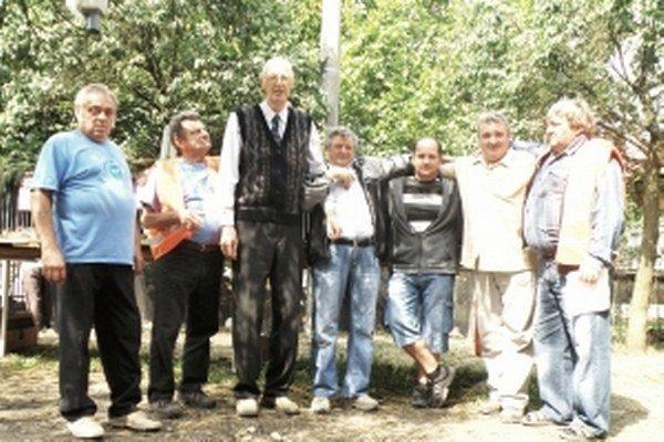 Zakladajúci a súčasní členovia chovateľskej organizácie.
