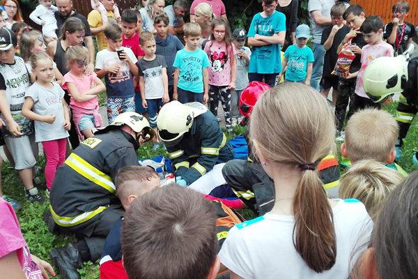 Deti zaujala aj ukážka prvej pomoci zranenej motocyklistke.