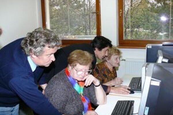 Dôchodcovia v Žiline surfujú dva krát týždenne na internete.