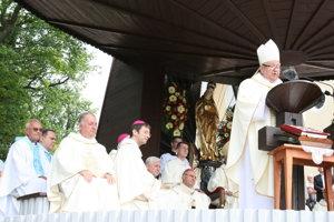 Spišský biskup Štefan Sečka. Kardinál ho krátkym príhovorom poveril, aby viedol homíliu.