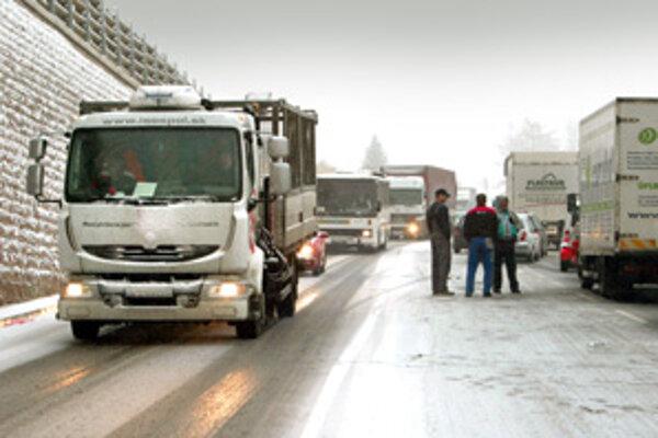 Na horskom priechode v Donovaloch napadli vo štvrtok ráno prvé centimetre snehu. Vytvorili sa kolóny áut. Cesta aj napriek rozšíreniu na tri pruhy nezvládala nápor áut idúcich na Ružomberok.