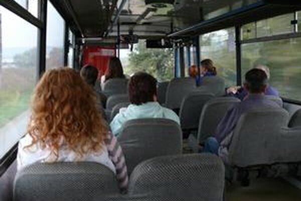 Cestujúci zaplatia v autobuse korunami, šoféri im vydajú v eurách.