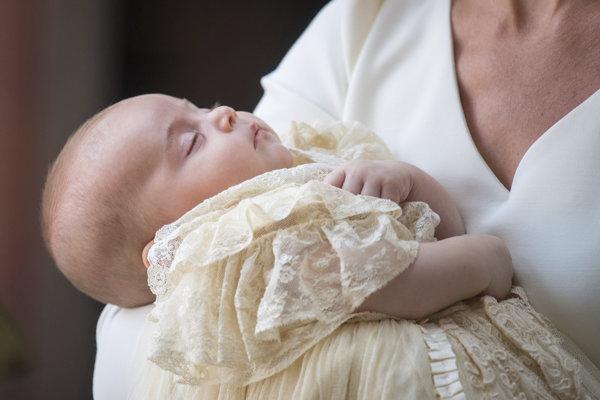 Najmladšie dieťa princa Williama a  vojvodkyne Kate dnes pokrstili.