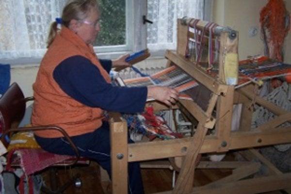 Otília Kadašiová sa venuje tkaniu denne.