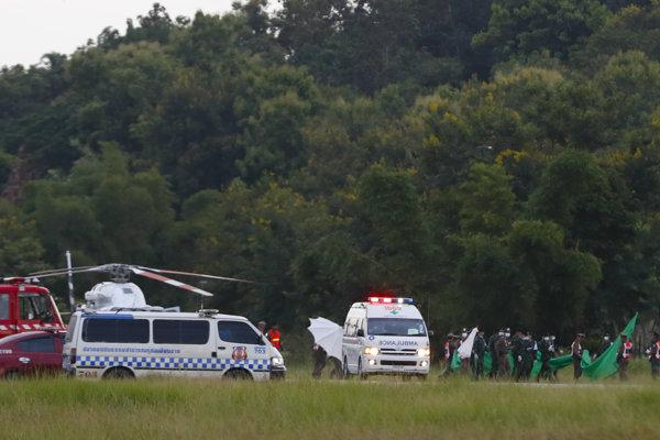 Chlapcov previezli do nemocnice vrtuľníky.