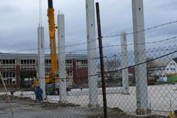 Fabriku na polysterén stavajú naďalej aj bez platných povolení.