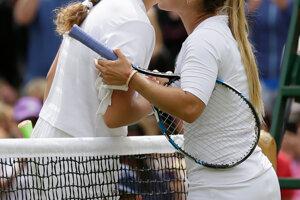 Jelena Ostapenková (vľavo) a Dominika Cibulková po skončení zápasu.