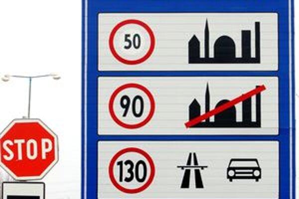 Nový cestný zákon znížil rýchlosť v obci a vyvolal diskusiu o potrebe niektorých značiek.
