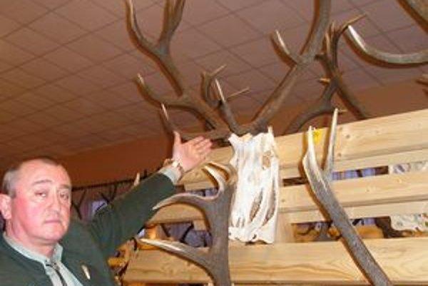 Peter Marčulinec ukazuje na najlepšiu trofej regiónu - jeleňa.