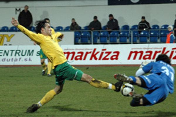 Mislav Karoglan z MŠK Žilina (vľavo) vo veľkej šanci pred brankárom MFK Dubnica nad Váhom Richardom Zajacom.