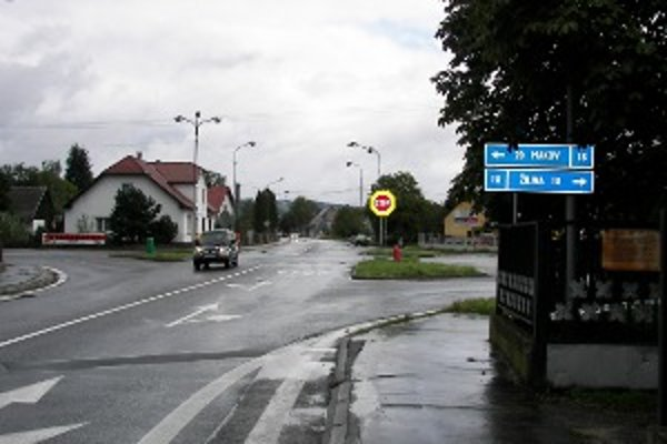 Miesto, kde sa stretávajú Ulice Kolárovská, Hlavná, Mičurová a Hlinická. Stavebné práce budú prebiehať za plnej prevádzky, vodičov teda čakajú dopravné obmedzenia.