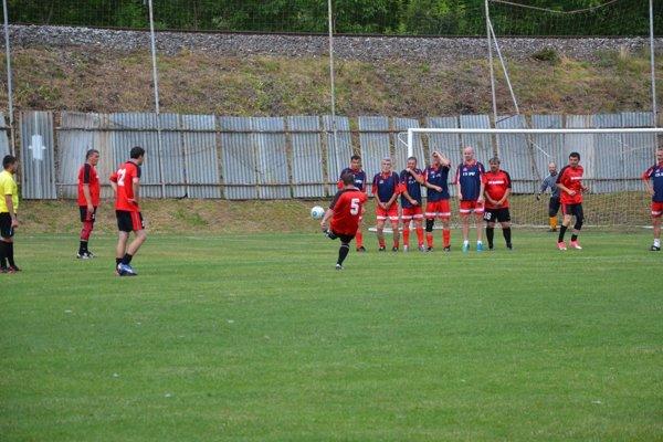 Miroslav Cíbik (v červenom č. 5) dáva jeden z gólov Dohnian proti Ladcom.