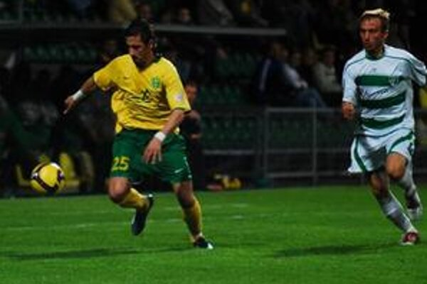 Žilinský hráč Admir Vladavič uniká s loptou hráčovi Prešova Avdijovi Vršajevičovi.