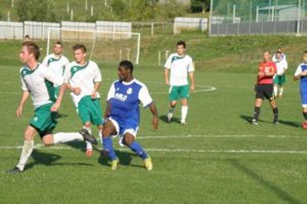 Autor oboch gólov Šale Mukalenga (v modrom) vyradil Prečín z pohára.