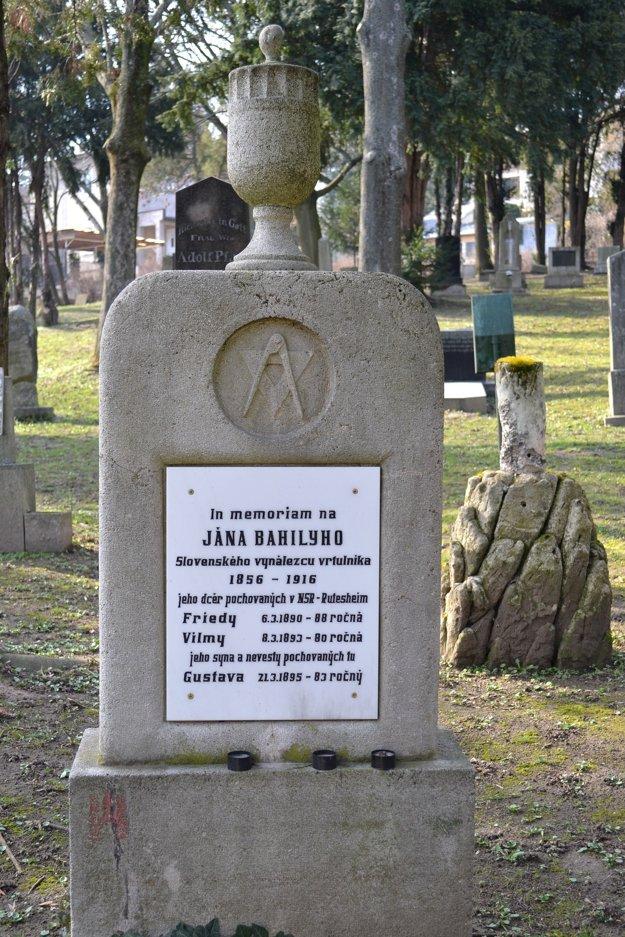 Náhrobok vynálezcu na cintoríne pri Kozej bráne.