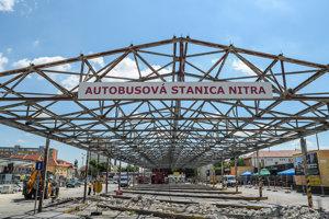 Priebeh štvrtej etapy rekonštrukcie nástupíšť určených pre diaľkové linky autobusovej stanice v Nitre.