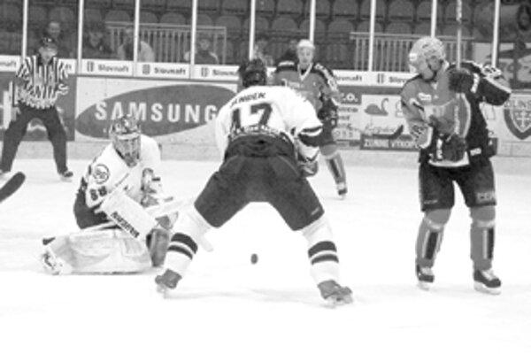 Český legionár Michal Straka (vpravo) v stredajšom zápase proti Košiciam, vzadu je žilinský kapitán Michal Hreus ani jeden z nich už v hokejovom klube pod Dubňom nepôsobí.