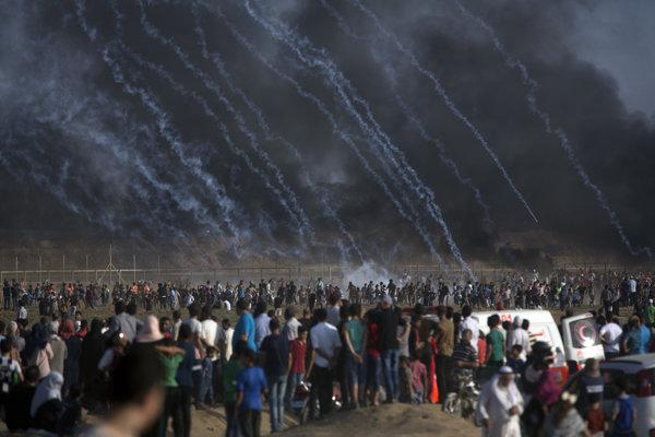 Demonštrácia Palestínčanov na hranici s Izraelom.