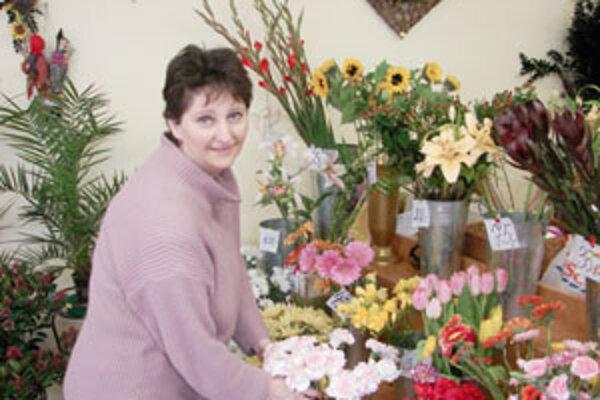 V kvetinárstve, kde pracuje pani Iveta, predajú najviac ruží alebo karafiátov.