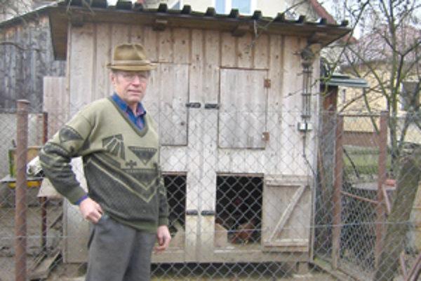 """""""Kura je vzácny vták,"""" hovorí chovateľ Václav Černák, """"pri produkcii vajec a mäsa má zo všetkých hospodárskych zvierat najefektívnejšiu premenu krmiva na konzumnú časť produktu."""""""