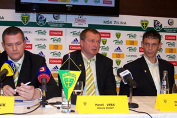 Športový manažér MŠK Žilina Karol Belaník (vľavo), hlavný tréner Pavel Vrba a kapitán mužstva Zdeno Štrba na tlačovej konferencii pred začiatkom jarnej časti futbalovej Corgoň ligy.