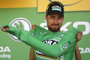 Peter Sagan si oblieka zelený dres po 9. etape na Tour de France 2018.