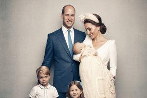 Princ William a vojvodkyňa Kate pózujú na rodinnej fotografii so svojimi deťmi.