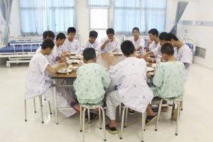 Zachránený chlapci si v nemocnici uctili potápača thajských námorných síl Samarna Kunana, ktorý zahynul pri ich záchrane.