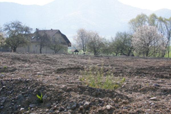 Na tomto mieste chce obec Turie postaviť nový cintorín. To sa však nepáči všetkým susedom. Starosta Miroslav Chovanec hovorí, že všetky zákonné podmienky sú dodržané a v blízkej dobe začnú s výstavbou.