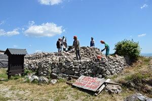 Nezamestnaní pomáhajú opravovať aj Pustý hrad. Ilustračné foto.